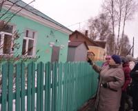 Экскурсию по своему округу жители начали с рассказа о ветхих домах.  Фото Елены Никитиной