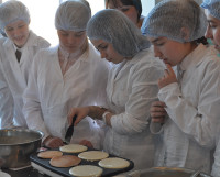 Теперь пышные панкейки девочки смогут приготовить и дома. Фото автора