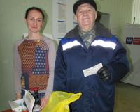 Виталий Александрович Кузьмин с «Северным рабочим» с 1956 года. Сейчас выписал газету на квартал — и получил вкусный приз. Фото автора
