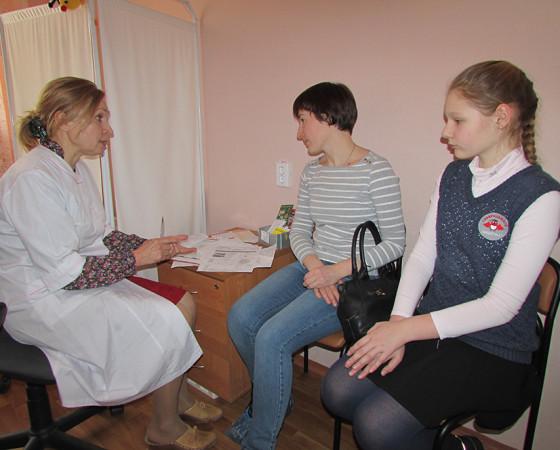 Пятиклассница Даша с мамой внимательно слушают рекомендации врача. Фото автора