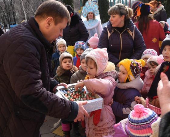 Сладкие подарки — детям из детского дома. У некоторых из них война отняла родителей. Фото из архива Владимира Зобкова