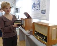 Научный сотрудник музея Любовь Карпова держит... пульт дистанционного управления. Фото автора