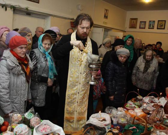 Освящаются праздничные кушанья. Фото Валентина Капустина