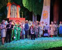 Коллектив «Автографа» во главе с режиссёром Татьяной Герловиной принимает поздравления. Фото автора