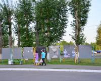 """Реклама мероприятий со щитов у торгового центра """"Гранд"""" убрана, но уже появляются новые афиши. Фото Елены Никитиной"""