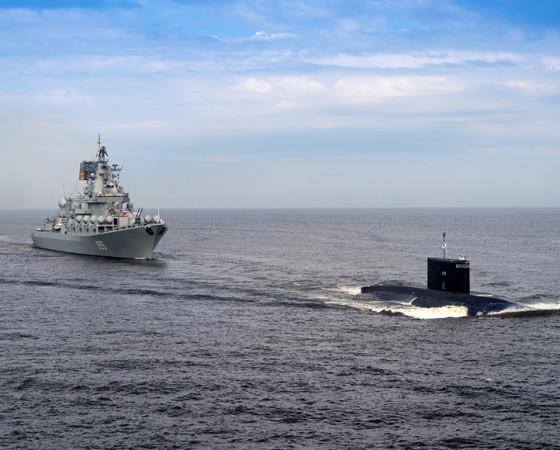 Строго по курсу ракетный крейсер «Маршал Устинов». Фото Олега Кулешова