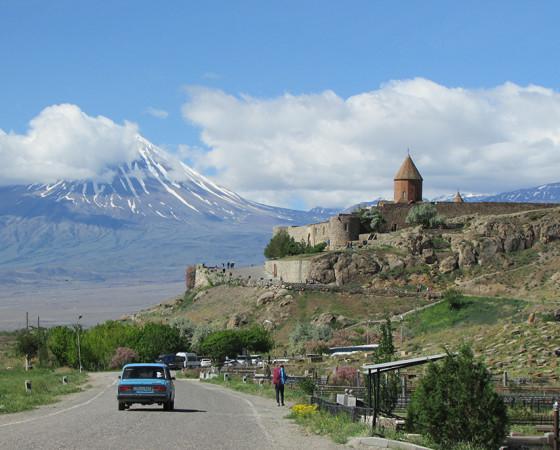Главный символ Армении — библейская гора Арарат — сейчас находится на территории Турции. Справа - монастырь Хор Вирап.  Фото автора
