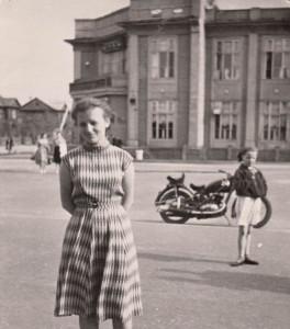 В платье из крепжоржета стою у ресторана «Северный» («У Эдельмана»).