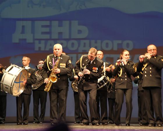 Военно-духовой оркестр гарнизона Северодвинска с зажигательным плац-попурри на мелодии русских народных песен.