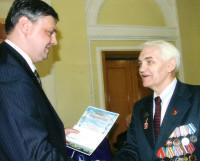 На встрече в общественном клубе «Корабел» Николай Кузнецов (справа) получает награду из рук Алексея Алсуфьева, тогда ещё главного инженера Севмаша.