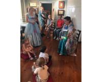 На занятиях для малышей мы играем разные роли. Вот здесь я (справа) в образе феи Сказки рассказываю о балете «Щелкунчик».