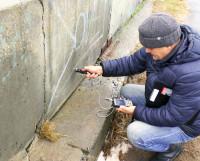 Специальным прибором измеряют прочность бетона.