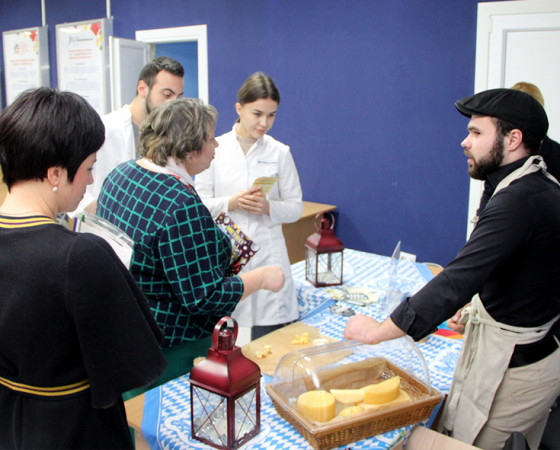 На выставке гости форума дегустировали разные продукты, в том числе из сыроварни одного из известных архангельских брендов.