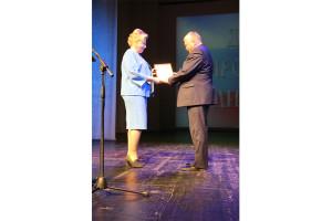 Почётную грамоту горсовета получил из рук депутата Светланы Морозовой председатель профкома Севмаша Андрей Гичко.