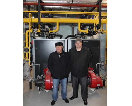 Генеральный директор ОАО «Северодвинск-Молоко» Андрей Калмыков и инженер по управлению мини-ТЭЦ Артём Шубцов демонстрируют новое оборудование.