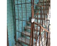 На ул. Октябрьской, 27 выход с лестницы закрыт.
