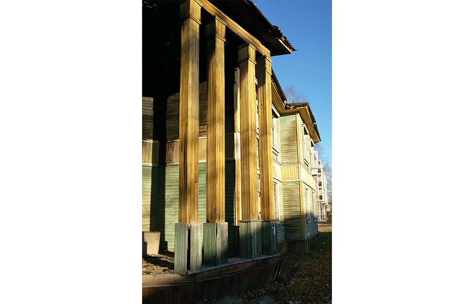 Предпоследний  дом с колоннами