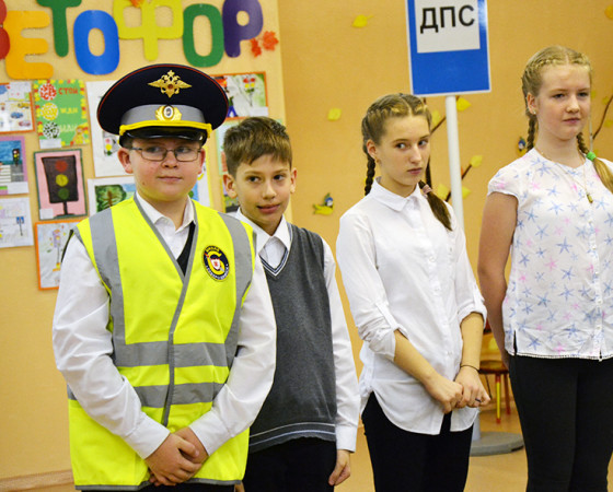 У учеников 6-й школы даже нашёлся костюм самого настоящего инспектора дорожного движения.