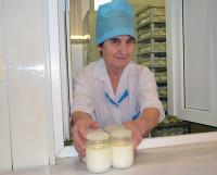 С.Н. Бечина трудится на молочной кухне больше сорока лет. И не только готовит   кефир и творог, но и выдаёт их.