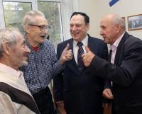 Ветераны рассказывают директору учреждения Николаю Дроботу (на снимке второй справа), что регулярные походы в баню — залог их долголетия.
