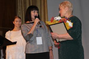 Министр АПК и торговли Ирина Бажанова вручила диплом в честь 100-летия военной торговли ветерану военторга Валентине Усачёвой.