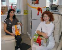 Стоматолог-ортопед Екатерина Орешкина и администратор Анастасия Жукова ждут счастливых обладателей новогодних подарков.