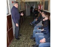 Начальник отделения подготовки и призыва граждан на военную службу военкомата Владимир Волобуев даёт последние наставления призывникам.