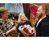 Одноклассники дарят цветы классному руководителю А.К. Костяновой.