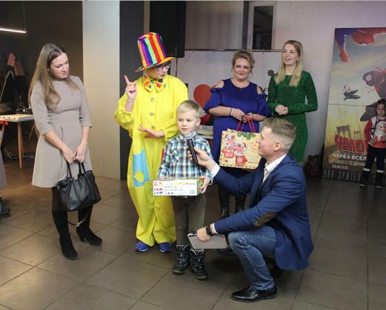 Свой приз получает Даня Сидоров, один из победителей в номинации «Дети».