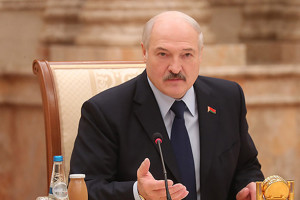 Александр Лукашенко по интеграции c Россией предложил идти «step by step» (по-английски), без всякой «бязглуздзцы» (по-белорусски) — последовательно и без глупостей.