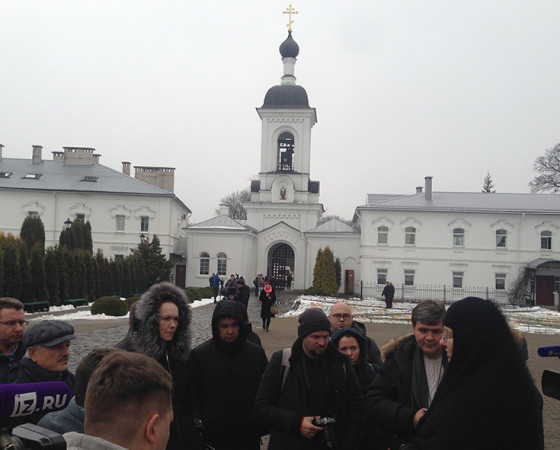 В Спасо-Евфросиниевском женском монастыре. Нам навстречу вышла монахиня Ольга, та самая, что четыре года назад мягко, но решительно всех, даже скептиков, заставила приложиться к чудодейственному кресту.