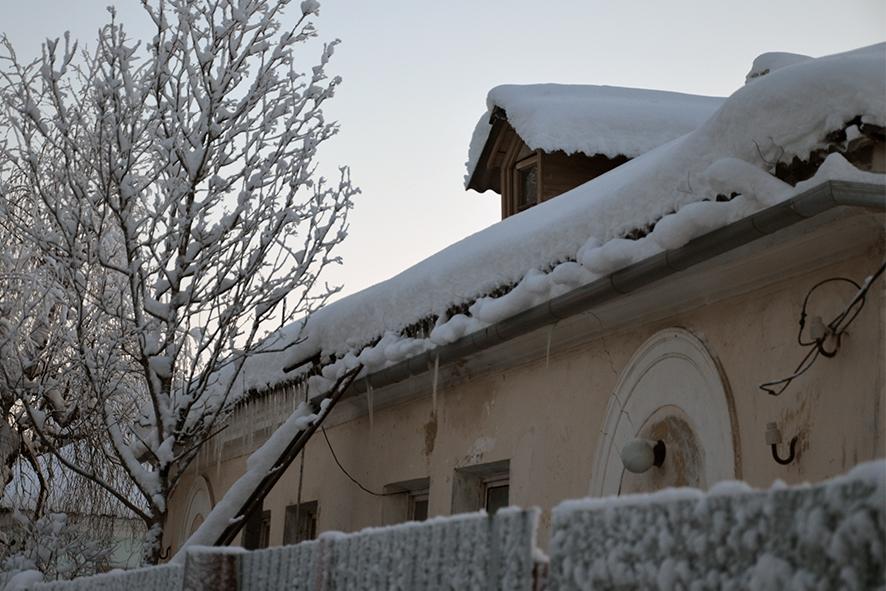 Ледяной карниз  на крыше повис