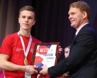 Грамоту из рук министра образования Сергея Котлова получает Даниил Жаворонков.