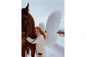 И девушка превращается в... ангела.