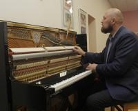 Дмитрий Варакин настраива-ет новый инструмент. Звук — отличный!