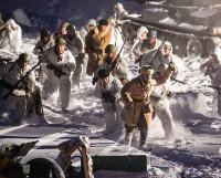 В атаку советских солдат ведёт командир взвода Иван Соловьев (ВИК «Северная Двина»).