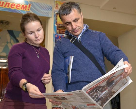 Зоран с подарками от коллег — свежим номером «Северного рабочего»                                                                                                 и журналом «Наш Северодвинск» к 80-летию города.