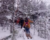 Во время акции «Шишкобол» ребята попробовали пройтись на специальных охотничьих лыжах.