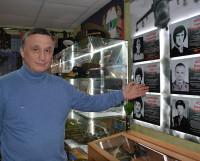 Председатель Северодвинской организации Российского союза ветеранов Афганистана Алексей Ситков у стенда с портретами погибших в Афганистане северодвинцев. С одним из них, Владимиром Козловым, он учился и рядом служил.