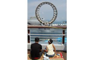 В гигантском бассейне с фонтанами центром всего была световая установка, напоминающая колесо обозрения.