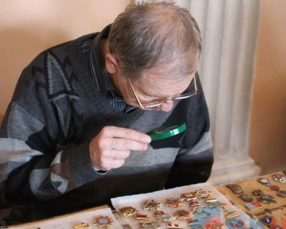 Коллекции здесь разные: монеты, билетики, фотографии и открытки, ложки, даже пивные пробки! Особенно популярное направление  в Северодвинске — коллекционирование значков.