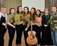 Победитель фестиваля коллектив объединения «Молодёжь. Ц29» с членом жюри, ветераном боевых действий Марсом Биктимировым.