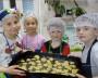Ребята в роли поварят: умение готовить пригодится им в будущем.