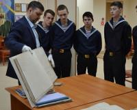 Курсанты с интересом слушают рассказ замдиректора архива Василия Трофименко.