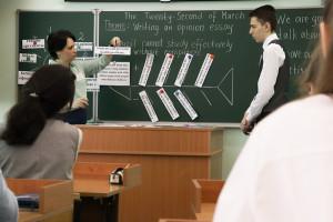 Юлия Айратовна быстро нашла контакт с новыми учениками. Ребята заполняют диаграмму «Скелет рыбы».