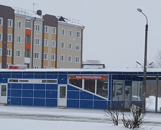 Новая остановка с торговым павильоном на проспекте Морском между домами 63 и 75 открылась 11 марта. Именно здесь теперь будут останавливаться автобусы № 5, 15, 18 и 133.