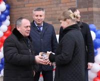Генеральный директор Севмаша Михаил Будниченко вручает ключи от новой квартиры бухгалтеру Юлии Зубковой.