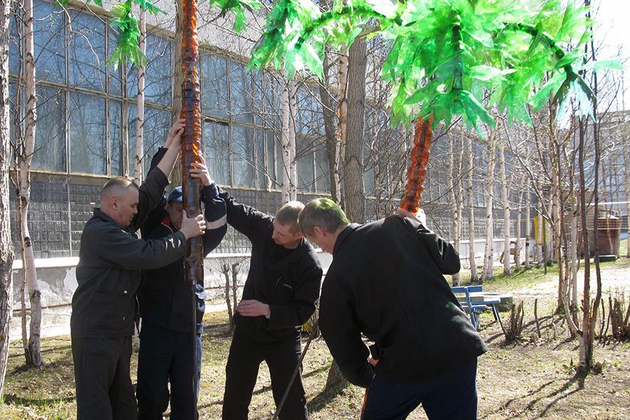 Установка пальм: пришлось крепко подумать, как выполнить крепления, чтобы пальмы северному ветру не поддавались.