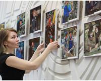 Сотрудник музея Виктория Щекина завершает подготовку экспозиции к демонстрации.             Фото автора