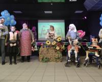 Алёна Корельская, Марина Попова и Захар Коркин при поддержке семьи разыграли потешку «Тень-потетень».